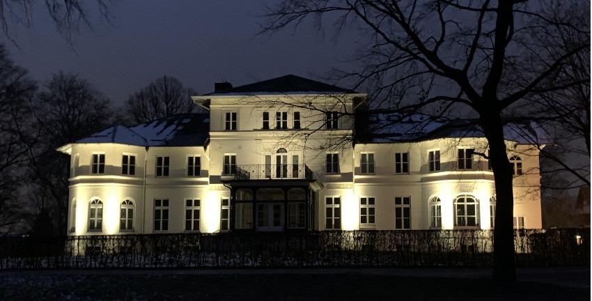 Berner Schloss bei Nacht (Januar 2019). Hamburg-Farmsen-Berne. Foto: Marc Buttler