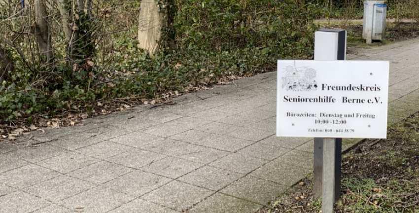 Freundeskreis Seniorenhilfe Berne e.V, Schild am Weg in Hamburg-Rahlstedt-Meiendorf (2019), Foto: Marc Buttler
