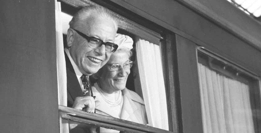 Gustav Heinemann und Ehefrau Hilda, 1974 Foto: Bundesarchiv_B_145_Bild-F043317-0068, Bahnhof Köln, Abschied Bundespräsident Heinemann (CC BY-SA 3.0 de)