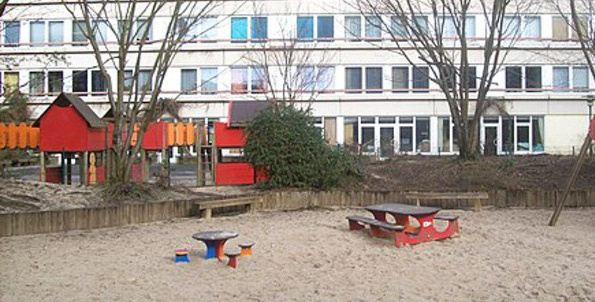 Hamburg-Steilshoop: Hinterhof-Spielplatz. Foto: hh oldman [CC BY 3.0 (https://creativecommons.org/licenses/by/3.0)]