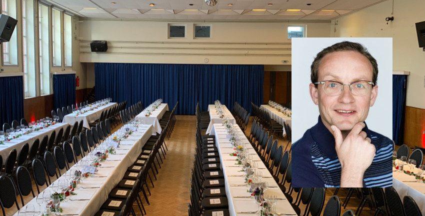 Wigald Boning (Foto: Stefan Menne) im Volkshaus Berne (Hintergrund, Foto: Marc Buttler)