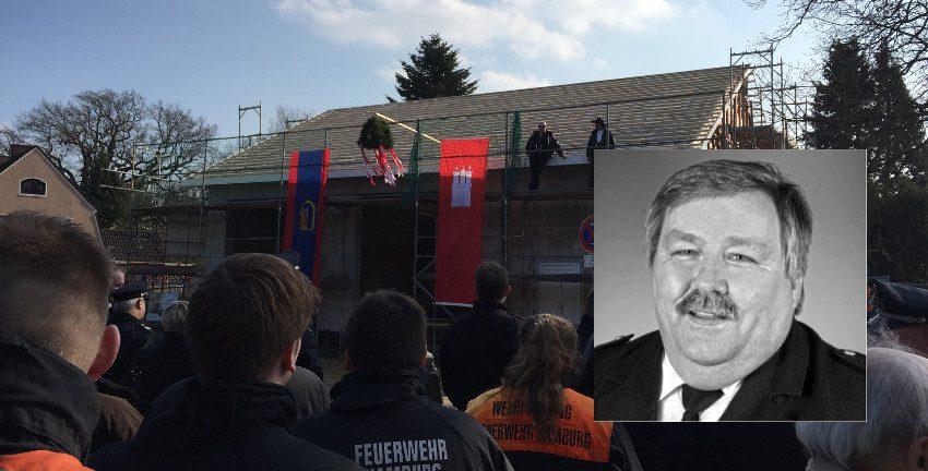 André Wronski (Foto: FF), im Hintergrund die FF Berne