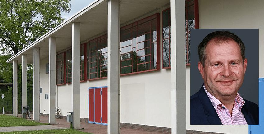 Jens Kerstan (2018, Foto: Sandro Halank), im Hintergrund die Karl-Schneider-Halle in Hamburg-Farmsen-Berne (Foto: Wolfgang Meinhart), CC BY-SA 3.0
