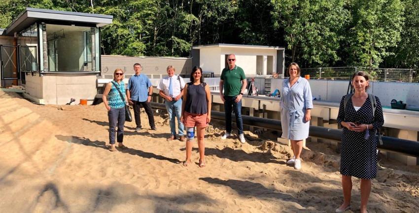 Die Wandsbeker rot-grüne Koalition sowie Bürgerschaftsabgeordnete von SPD und Grünen haben sich gemeinsam mit Michael Dietel von Bäderland die Fortschritte vor Ort angeschaut.