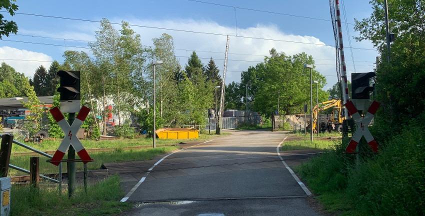 Bahnübergang in Ahrensburg an der Bahnstrecke Hamburg - Lübeck (Foto: Marc Buttler, Mai 2020)