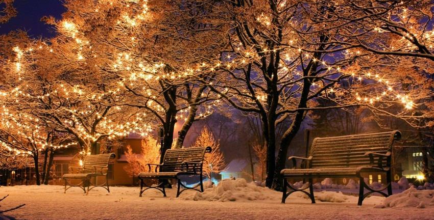 Weihnachtliche Bänke im Schnee (Foto: bluartpapelaria/Pixabay)