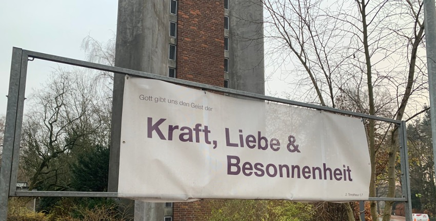 Kirche in Farbe: Kraft, Liebe & Besonnenheit (Foto: Marc Buttler, 12/2020)