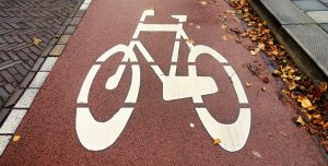 Radweg (Bild: Mabel Amber/Pixabay)